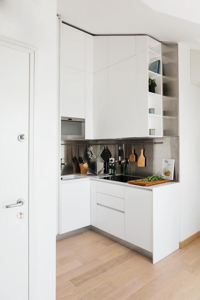 sottotetto ristruttura, cucina, mini composizione angolare in laccato bianco, zona cottura, lavello, pavimento in parquet