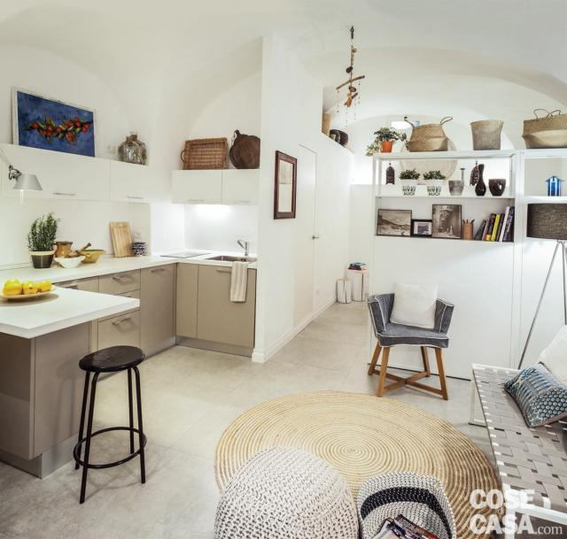cucina a vista, composizione a U, soggiorno, open space, mobile divisiorio, finiture in bianco