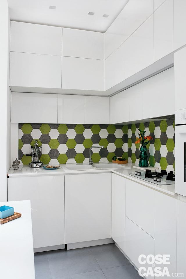 bilocale ristrutturato, cucina, composizione angolare in laccato bianco, pensili a tutt'altezza, rivestimento in piastrelle esagonali, controsoffitto tecnico