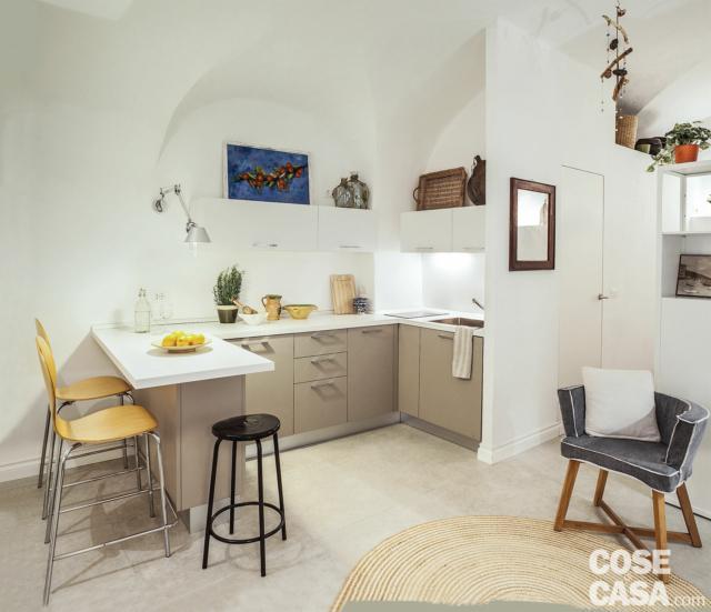 cucina, bancone, sgabelli, tetto a volta, poltroncina, ripostiglio in quota