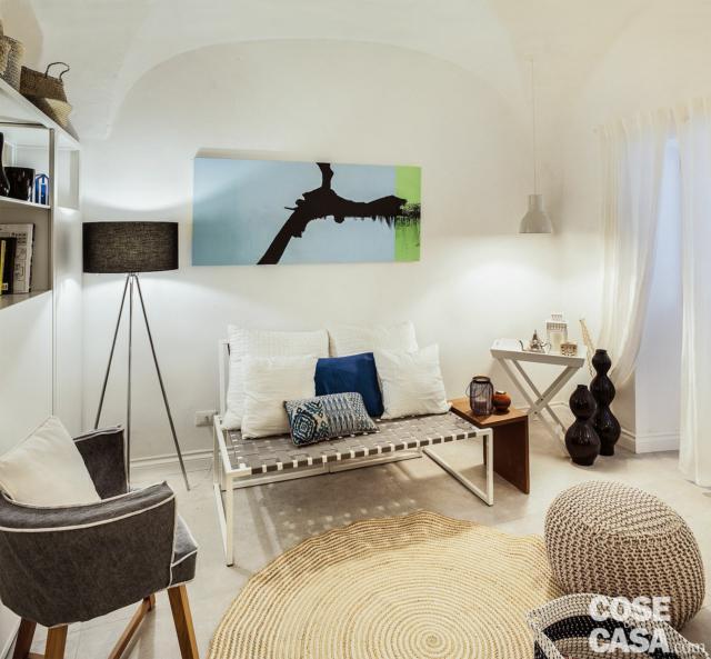soggiorno, zona conversazione, divano, lampada da terra, poltroncina, pouf in maglia, tavolino pieghevole, soffitto a volta