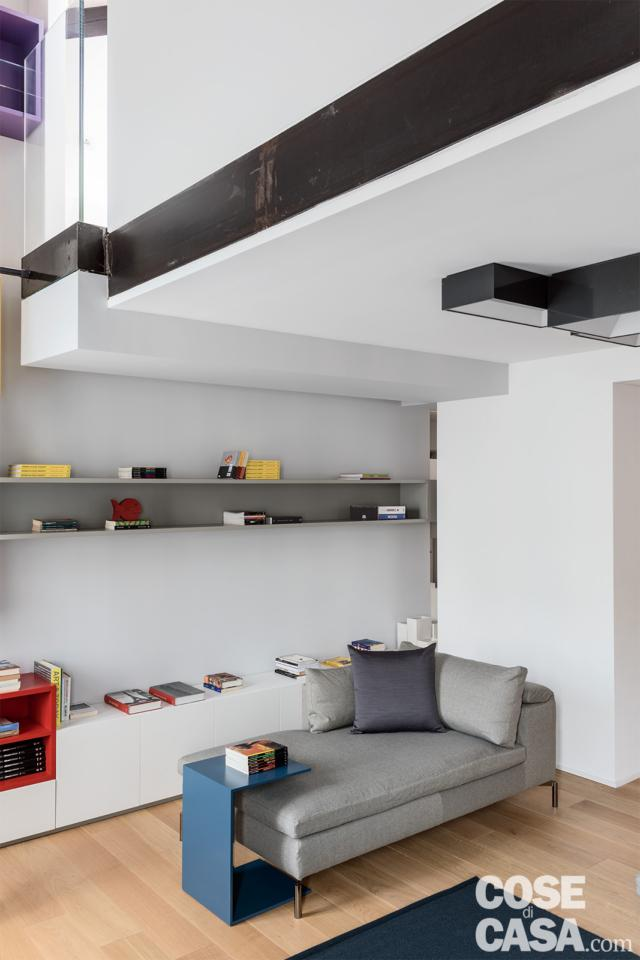 casa su due livelli moduli sulla parete del soggiorno