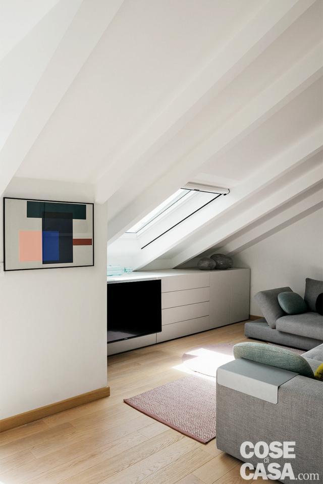 sottotetto ristrutturato, tetto a spiovente, lucernario, mobile basso, zona tv