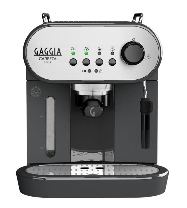 La pressione sul caffè macinato nella macchina Carezza Style di Gaggia è di 15 bar. Può funzionare sia con polvere di caffè che delle cialde e è dotata di sistema automatico di risciacquo del circuito interno, all'accensione e allo spegnimento, per assicurare una maggiore pulizia. Sul pannello frontale è installato il cappuccinatore, da cui fuoriesce il vapore necessario per la preparazione della crema di latte. Misura L 21 x P 28 x H 30 cm. Prezzo 199 euro. www.gaggia.it