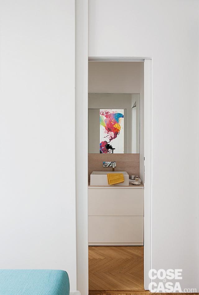 bilocale ristrutturato, bagno accessibile dalla camera, porta filomuro, zona lavabo, specchio