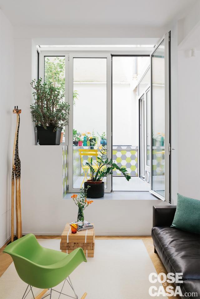 bilocale ristrutturato, soggiorno, divano, gradone, patio, rivestimento outdoor con piastrelle esagonali