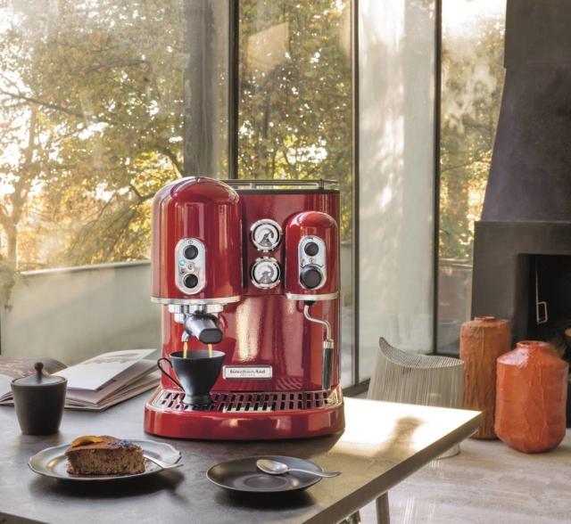 Artisan 5KES2102 di KitchenAid ha due caldaie indipendenti che si spengono automaticamente dopo 30 minuti: la prima assicura una temperatura costante per la preparazione di caffè espresso cremosi, la seconda fornisce abbondante vapore secco a temperatura costante per cappuccini. Disponibile in 4 colori, consente di mantenere in caldo fino a 6 tazzine per caffè espresso. Ha pressione di 15 bar e contenitore per l'acqua capiente 2 litri. Consente la preparazione di caffè sia con la polvere macinata che con le cialde. Misura L 31,5 x P 31 x H 39 cm. Prezzo 899 euro. www.kitchenaid.it