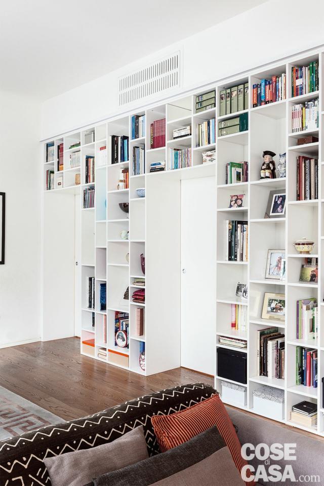 soggiorno, libreria, porte scorrevoli a scomparsa, pavimento in parquet