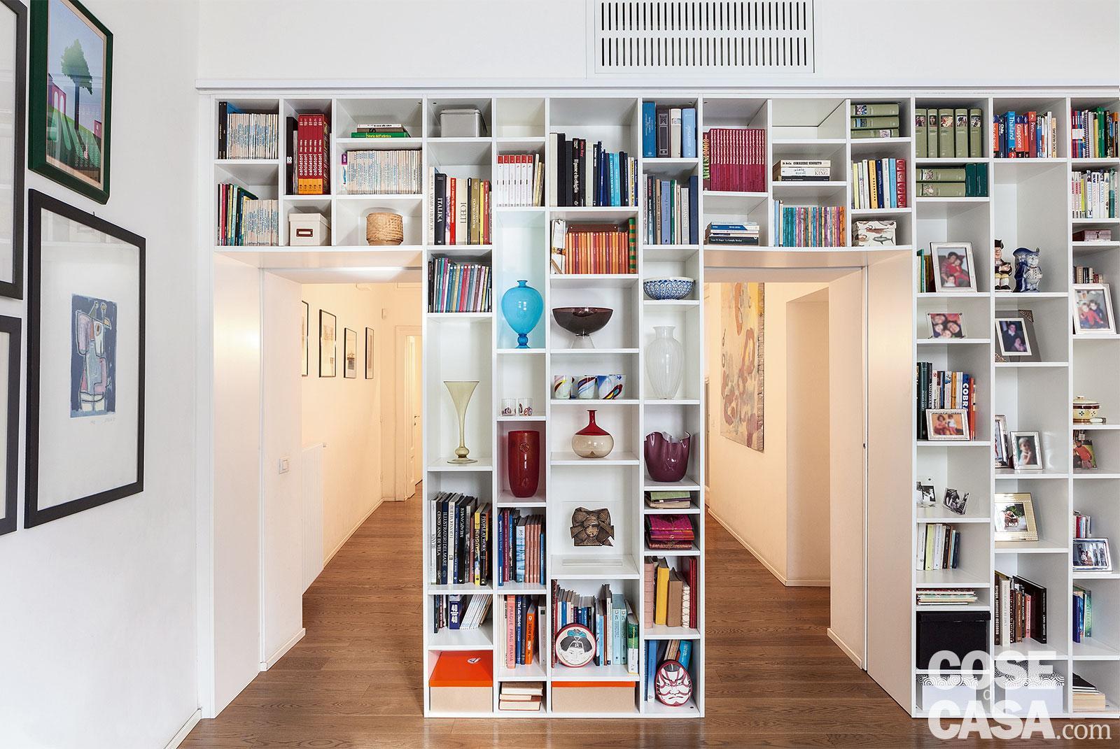Lo Space Senza Pareti appartamento tradizionale di 120 mq con librerie a tutta