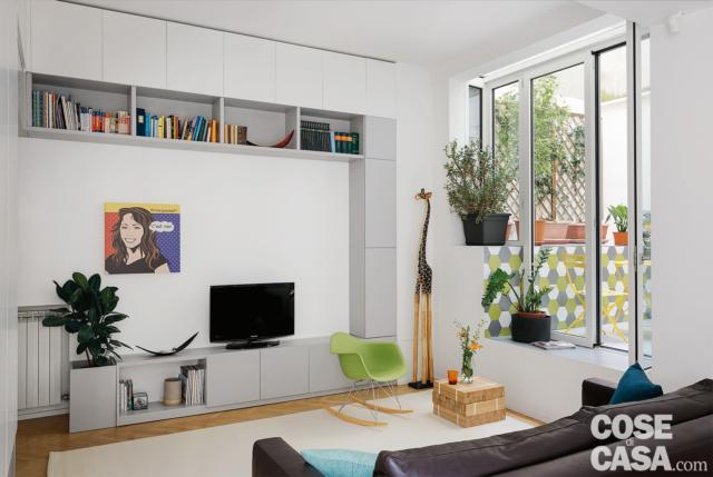 bilocale ristrutturato, soggiorno, zona tv, mobile a ponte, finestra affacciata sul patio con cambio di quota, sedia basculante