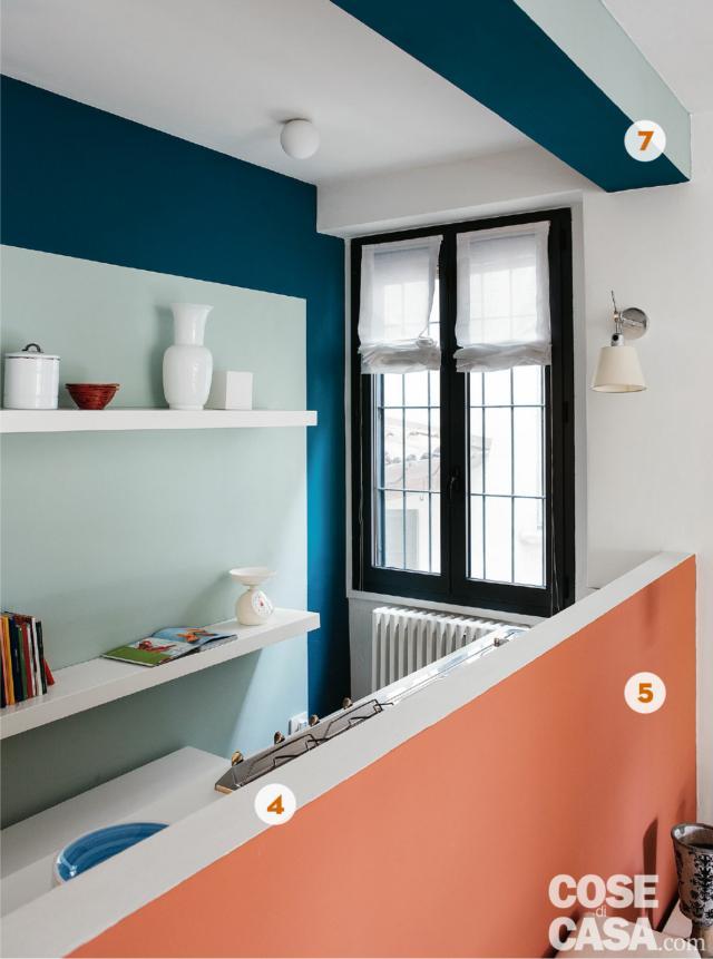 cucina, finestra, parete ottanio con boiserie e mensole, zona cottura, muretto divisorio color corallo