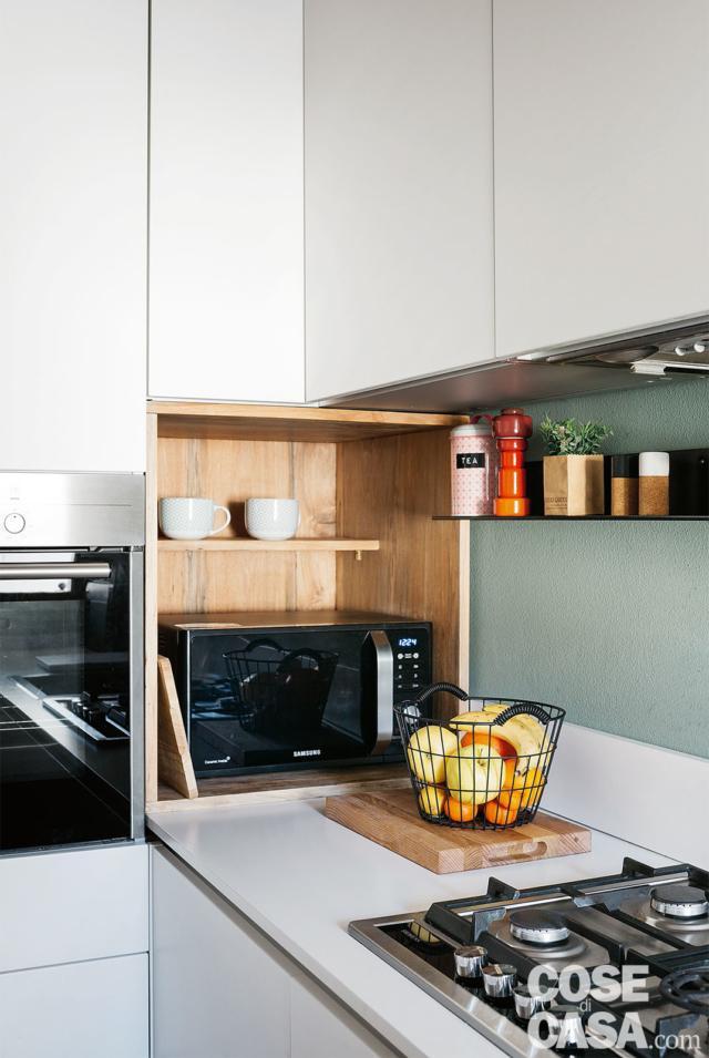 angolo cottura, dettaglio, nicchia con forno a microonde, piano cottura a gas, pensili in laccato bianco