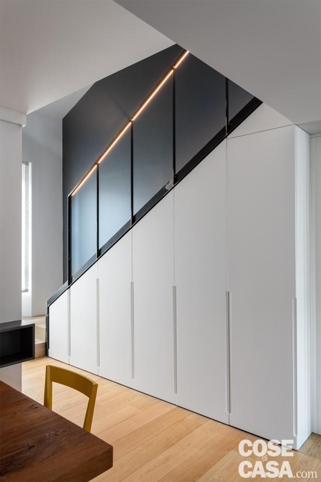 casa su due livelli con scala scenografica e ben sfruttata con armadio