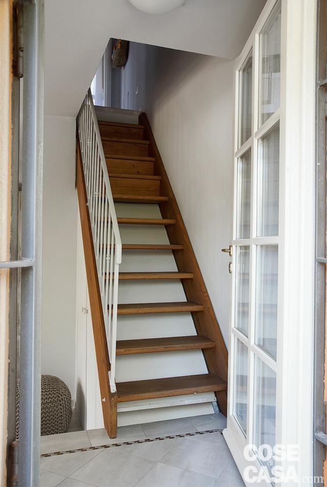 sottotetto su due livelli, ingresso, scala in legno, corrimano in ferro