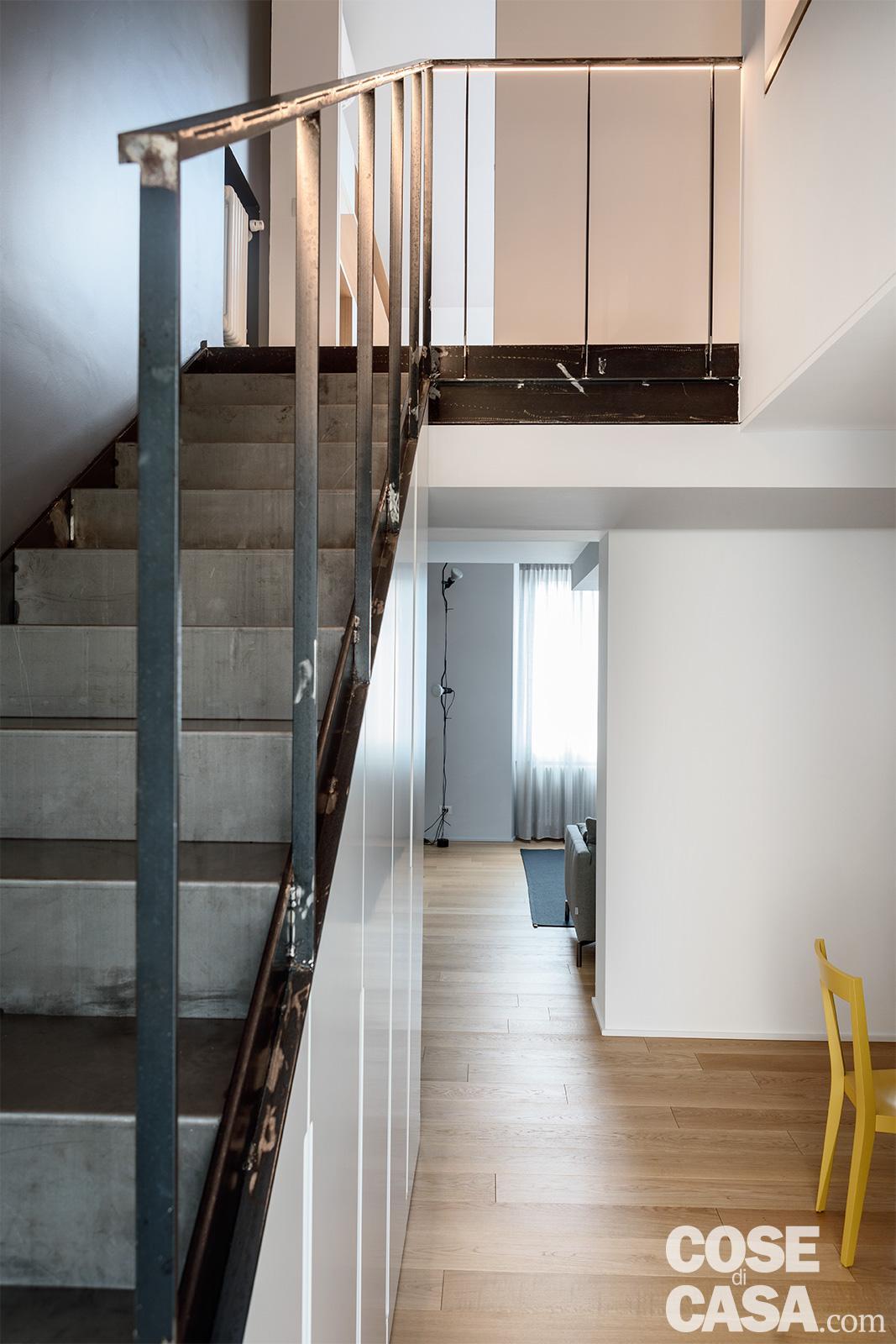 casa su due livelli con scala in ferro per il sottotetto