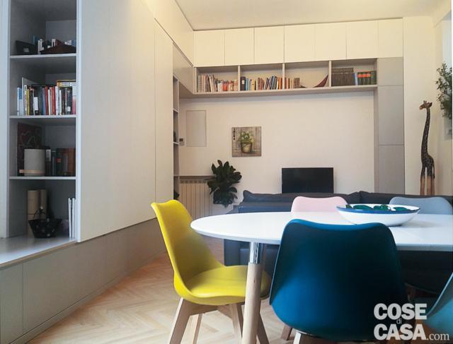 zona giorno, tavolo da pranzo, sedie colorate, parete attrezzata angolare su disegno, sistema a ponte, zona tv