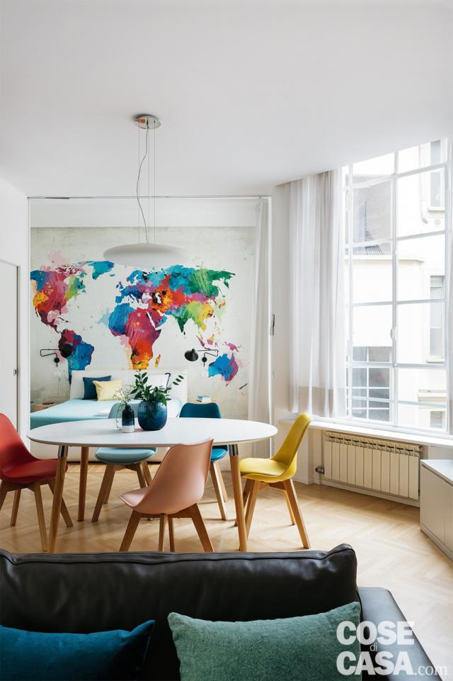 soggiorno, zona pranzo, tavolo rotondo, sedie colorate, finestra, radiatore, planisfero a parete
