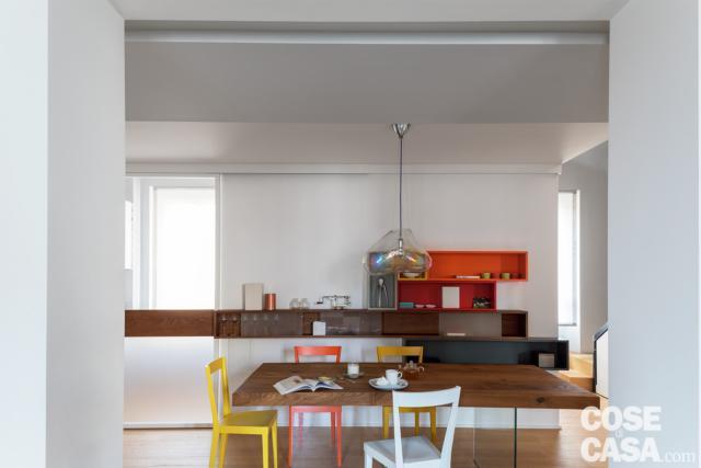 casa su due livelli con pranzo al centro del living