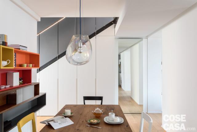 casa su due livelli con scala e armadio nel sottoscala