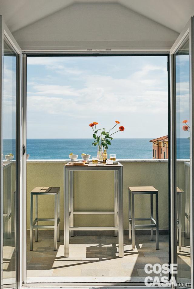 terrazzo panoramico, vista mare, parapetto in cemento, tavolino, sgabelli