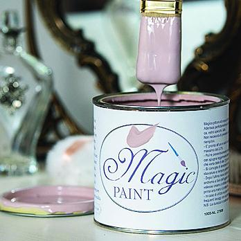 Di Magic Paint (www.magicpaint.it), la pittura con finitura opaca aderisce a tutte le superfici. Una latta da 125 ml costa 7,90 euro.