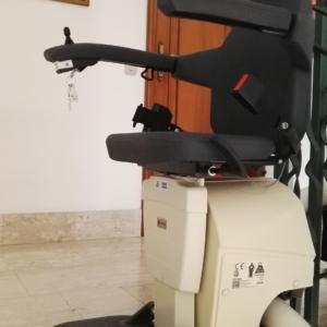 Poltroncina montascale Vivace di KONE Motus, modello Classic con seduta in poliuretano.