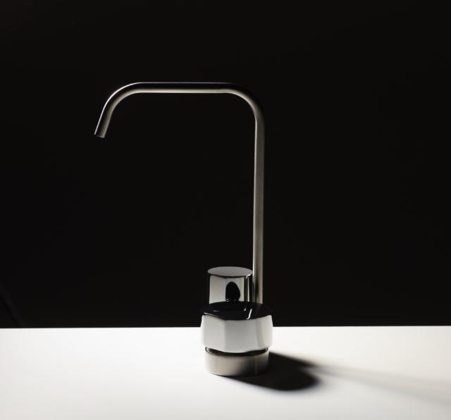 SO:  rubinetto a doppio comando di FIMA Carlo Frattini, qui proposto nella versione con canna nella finitura nickel spazzolato e manopole in cromo.