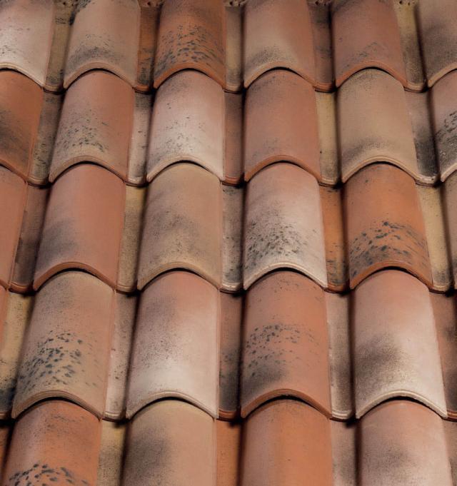 Aerotile è una tegola ventilata è nata per rendere gli edifici più performanti: le sue caratteristiche la rendono particolarmente traspirante. La permeabilità all'aria di Aerotile, facilita la ventilazione e quindi di conseguenza un abbassamento della temperatura del manto di copertura, favorendo la diminuzione delle temperature sottotetto. Aerotile prevede l'utilizzo di materiali ad alta riflettenza solare ed elevata emissività termica, e quindi è perfetta per l'utilizzo nell'area mediterranea, dove le radiazioni solari estive intense, provocano il surriscaldamento di tetti e pareti e quindi, degli ambienti interni.
