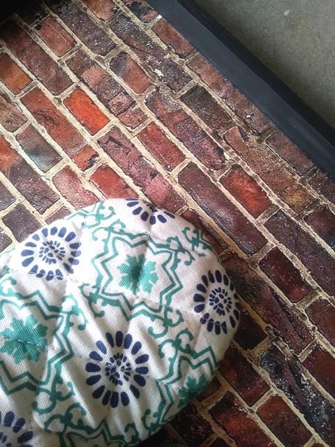 fai da te decorare vassoio con decoupage disegno mattoni da incollare al vassoio e passare con panno