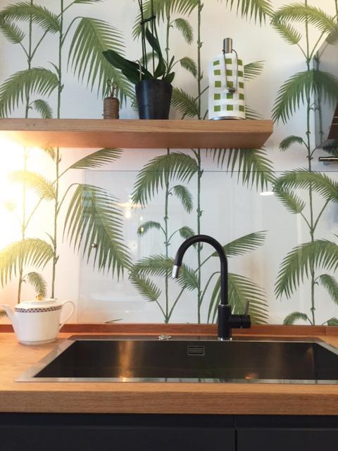 cucina particolare lavello mensola carta da parati bianca foglie verdi