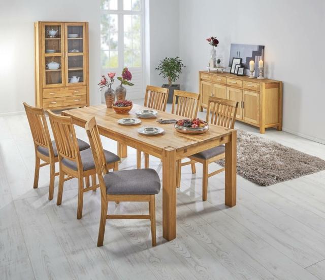 •Fanno parte della linea Royal Oak di Jysk il tavolo e le sedie coordinate per una sala da pranzo in stile country. Sono tutti realizzati in legno di rovere massiccio, hanno una linea semplice che esalta la matericità del legno, sono solidi, robusti e stabili. Il tavolo rettangolare misura L 180 x P 90 x H 75 cm. Prezzo 399,95 euro. La sedia con la seduta rivestita in tessuto grigio misura L 45 x P 58 x H 95,5 cm. Prezzo 89,95 euro cad. www.jysk.it