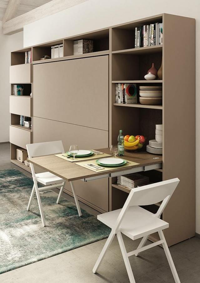 Il sistema Lunch di Atim (www.atimspa.com), con guide in alluminio inox bronzino da inserire in un cassetto di un mobile soggiorno come di una cucina, permette di ottenere un tavolo di 110 cm circa alla massima apertura. Prezzo da rivenditore.
