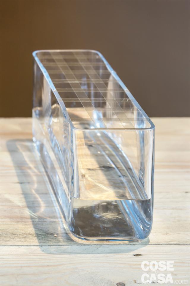 2 Ripetere l'operazione nel senso della lunghezza: il nostro vaso misura 45 cm, per cui si metteranno 8 strisce di scotch. Se il vaso fosse più largo di quello da noi usato, la griglia dovrà avere un maggior numero di righe e colonne o essere un po' più larga.