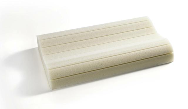 """Il guanciale Pulse di Bultex ha una forma a """"doppia onda"""" per accogliere alla perfezione la zona cervicale ed una speciale sagomatura della zona di contatto con il collo, per ottimizzare il sostegno. Il cuscino è in Memory Bx, un materiale che si auto-modella con estrema facilità alle forme della persona che lo utilizza, dando un sostegno preciso e un comfort impareggiabile. È lavabile in lavatrice a 30° con ciclo delicato, per offrire sempre il massimo dell'igiene, è disponibile in tre differenti misure di spessore: low, medium e high. Il rivestimento è realizzato in cotone 100%. Misura L 68 cm x P 40 cm, costa 82,00 euro. www.bultex.it"""
