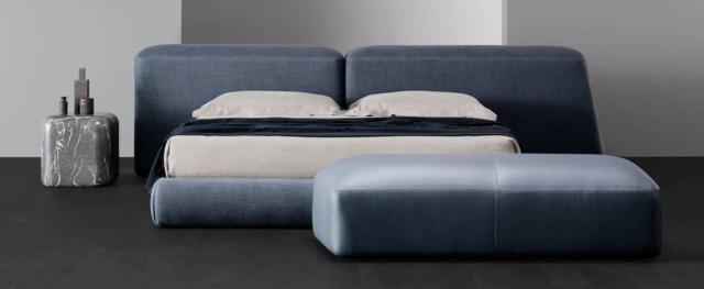 Il letto Lapis di Amura, design  Emanuel Gargano e Anton Cristell, ha la testata composta da due elementi nei toni dell'azzurro, con volumi e geometrie diverse, che sembrano pietre levigate dal tempo. www.amuralab.com
