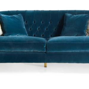 Il divano di Angelo Cappellini ha una forma morbida e accogliente, è interamente rivestito in velluto nella tonalità ottanio che crea un piacevole contrasto con i piedi nella luminosa finitura foglia oro che si rifanno  agli intagli del Settecento. www.angelocappellini.com