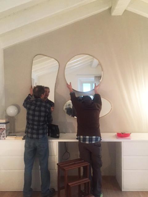 appendere più specchi a parete di forma diversa