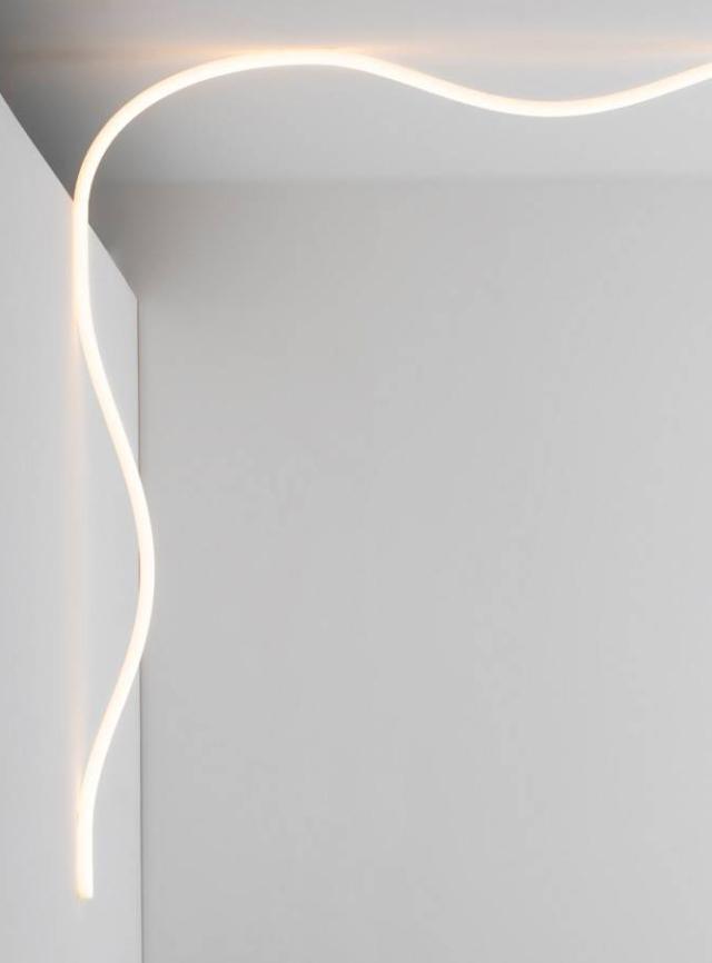Il  sistema Soft Alphabet di Artemide è costituito da un tubo di luce flessibile capace di snodarsi nello spazio disegnando elementi grafici senza geometrie predefinite. Il singolo elemento è lungo cinque metri, ma può crescere per mezzo di connessioni che scompaiono nel profilo. Genera una luce diffusa e uniforme, confortevole grazie all'altissima efficienza dell'ottica brevettata; può essere controllato da Artemide app.  www.artemide.com