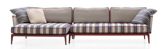 Ribes di B&B Italia, design Antonio Citterio, è il divano outdoor che ricorda un futon: è realizzato con doghe flessibili in fibra di vetro che poggiano su una struttura in alluminio (antracite, salvia, argilla) alla quale si fissano liberamente braccioli e schienali disponibili in due varianti, con intreccio in fibra di polipropilene oppure a rullo. Si completa per mezzo di cuscini sedile, schienale e bracciolo, tutti realizzati con una nuova imbottitura. www.bebitalia.com