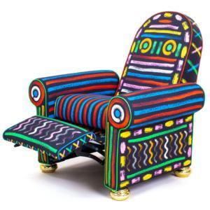 Lazy Painter di Blow by Job & Seletti è la poltrona che unisce comfort ed estetica: ha lo schienale inclinabile e il poggiapiedi. Il rivestimentoè realizzato in tessuto decorato da pennellate di colore che sembrano dipinte a mano. www.seletti.it