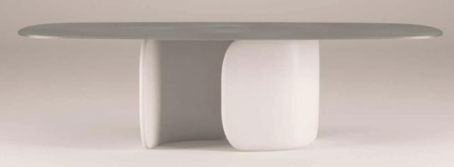 Mellow di Bonaldo, progetto Bartoli Design, è il tavolo reso speciale dalla base centrale formata da due elementi morbidi, che ricordano due palpebre curve, stampati in poliuretano compatto, disponibile in finiture metalliche laccate. Il top, ovale o circolare, è disponibile in numerose finiture diverse: dal marmo al legno massello passando per la ceramica. www.bonaldo.it