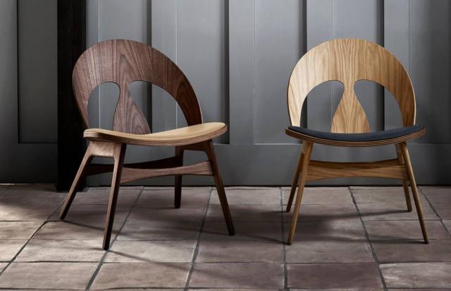 Contour Chair di Carl Hansen & Son., design Børge Mogensen, è la sedia ideata nel 1949 che mantiene inalterata la sua forma confortevole, ma con una linea scultorea inconfondibile e iconica. Il telaio è in legno massello con gambe ad angolo; la seduta, curvata e inclinata all'indietro, è impiallacciata a pressione come lo schienale con due aperture. È disponibile nelle varianti rovere o noce. Misura L 53,5 x P 63,5 x H 73 cm. www.carlhansen.com