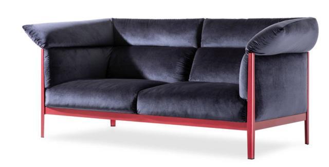 Il divano Cotone di Cassina, design Ronan & Erwan Bouroullec, è caratterizzato dalla struttura in alluminio estruso in quattro varianti di colore che crea un piacevole contrasto con la soffice imbottitura dei cuscini rivestiti in velluto. www.cassina.com