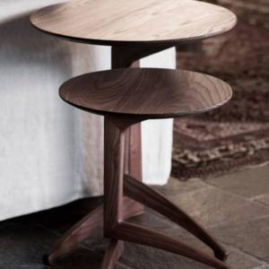 Pleilu di Del Fabbro, design Michelantonio Rizzi, è il tavolino richiudibile, interamente realizzato in legno massello trattato termicamente e finito con prodotti naturali; i perni e le cerniere del meccanismo di chiusura, semplice e veloce, sono in metallo. Misura Ø  43 x H 51 cm e Ø 53 x H 63 cm. www.karndesign.it