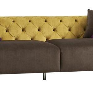 DB005708 di Dialma Brown è il divano a 4 posti caratterizzato dal contrasto fra lo schienale, con lavorazione capitonné, nella tonalità zafferano e la seduta rivestita in tessuto marrone bistrò. I piedini in metallo e i cuscini colorati lo completano. Misura L 284 x P 100 x H 72 cm. www.dialmabrown.it