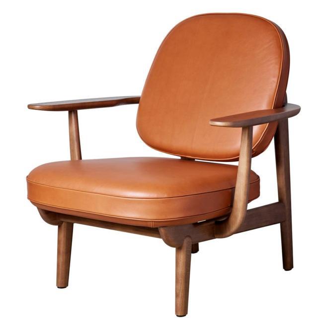La poltrona Lounge Chair di Fritz Hansen, design Jaime Hayon, è realizzata con tecniche artigianali ispirandosi ai modelli danesi: ha dimensioni generose e una solida struttura in rovere naturale, rovere tinto noce o laccato nero. I braccioli sono sovradimensionati, larghi e piatti, che abbracciano il corpo come lo schienale curvo e inclinato. È corredata di due grandi cuscini tondeggianti completamente sfoderabili, rivestiti in tessuto o pelle. Misura L 77 x P 85 x H 85 cm.  www.fritzhansen.com
