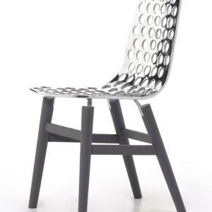 Next di Gervasoni, design Paola Navone, è la sedia che ha la seduta interamente realizzata in fusione di alluminio che si innesta sul telaio in rovere grigio a cui è fissato da sottili graffe ed è decorata da macro fori. La superficie lucidissima riflette la luce e crea giochi inaspettati. Misura L 41 x P 50 x H 82 cm. www.gervasoni1882.com