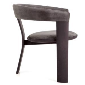 Noce di Henge, design studio Yabu Pushelberg, è la sedia, tecnicamente molto complessa, realizzata da esperti artigiani con grande perizia per riuscire a calibrare le proporzioni su tre lunghe gambe che sostengono i braccioli arrotondati. La forma scultorea è messa in evidenza dalle pregiate essenze con cui è realizzata; la seduta e lo schienale sono rivestiti in morbida pelle nabuk. www.henge07.com