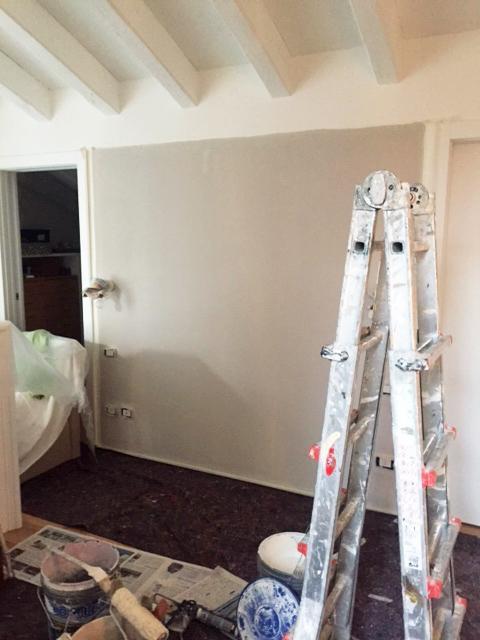 imbiancatura camera parete grigia tortora