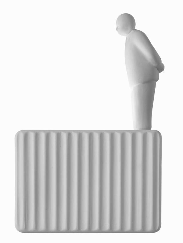 Umarèll l'applique di Karman, design Giorgio Biscaro, è un oggetto ironico e poetico: rappresenta l'omino che guarda i lavori in corso. Ha la forma di un cubetto luminoso realizzato artigianalmente in ceramica non smaltata con un decoro plissé frontale che dà vita ad un'alternanza di luci e ombre. La sorgente luminosa a Led auto-dissipante è doppia e garantisce un'illuminazione multidirezionale e sfaccettata. Misura L 18 x H 13 cm. www.karmanitalia.it